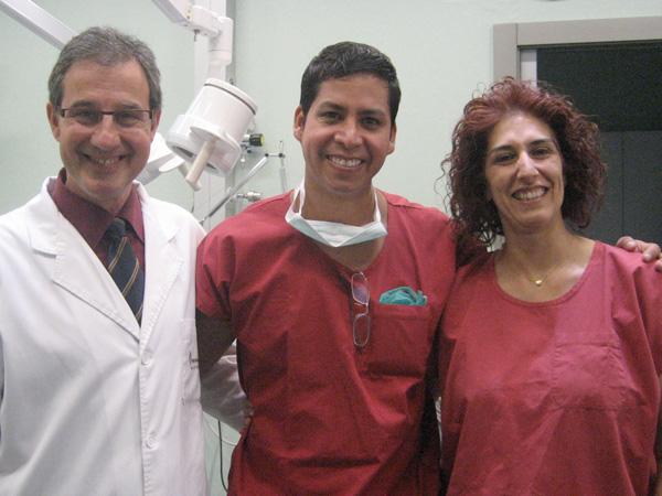 Dr. Gino Llosa con el Dr. Luis Berrocal y Dra. Begonia Barros - Instituto de Trasplante de pelo Vila-Rovira – Barcelona, España 2010