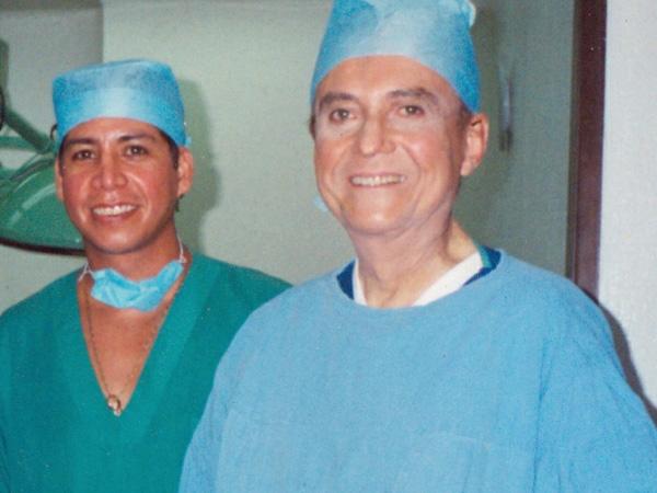 Dr. Gino Llosa con el Dr. Jose Guerrerosantos - Instituto Jaliscience de Cirugia Reconstructiva - México 2001
